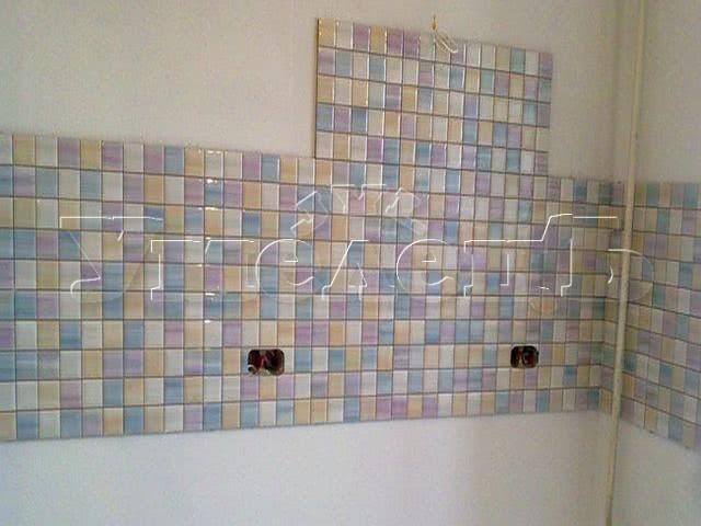 Облицовка кухонного фартука кафельной плиткой размером 10x10. Стены облицовка. Ремонт квартир в Москве и Подмосковье.