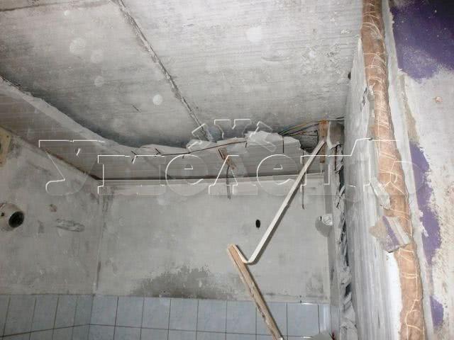 Демонтаж потолка санузла железобетон до 5 см. Потолок изменить переделать поменять. Ремонт квартир в Москве и Подмосковье.