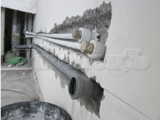 Штробление стены бетон под трубы водопровода. Штробление стен. Ремонт квартир в Москве и Подмосковье.