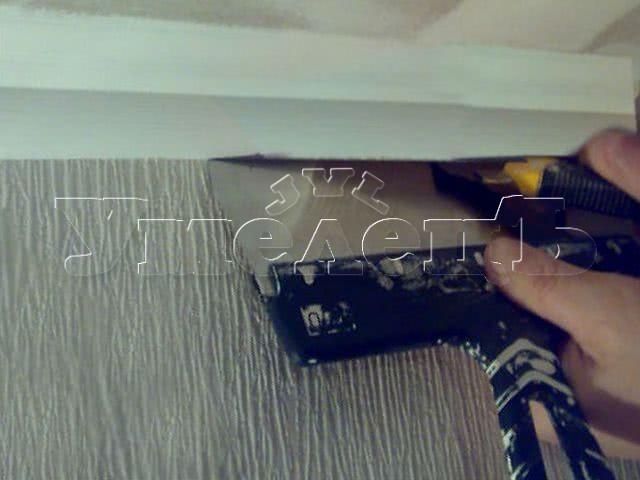 Демонтаж плинтуса потолочного. Потолок изменить переделать поменять. Ремонт квартир в Москве и Подмосковье.