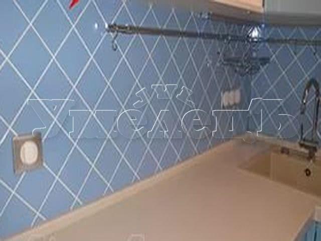 Облицовка кухонного фартука кафельной плиткой диагональ. Стены облицовка. Ремонт квартир в Москве и Подмосковье.