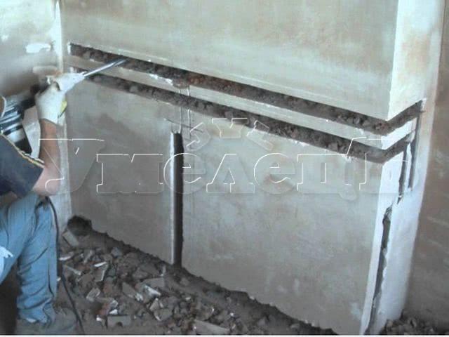 Штробление стены кирпич пенобетон пазогребневый блок под трубы водопровода. Штробление стен. Ремонт квартир в Москве и Подмосковье.