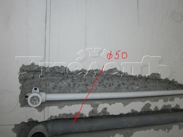 Штробление стены бетон под трубы канализации D 50. Штробление стен. Ремонт квартир в Москве и Подмосковье.
