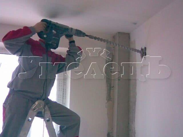 Сверление сквозного отверстия диаметром 20 мм. Сантехнические работы. Ремонт квартир в Москве и Подмосковье.